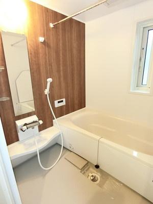 追い焚き機能・浴室暖房乾燥機付きバスルーム♪雨の日のお洗濯にも便利な物干しバー完備!換気のできる小窓付きです☆