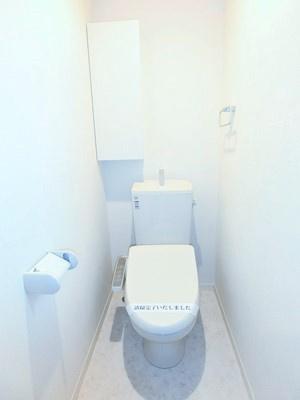 人気のシャワートイレ・バストイレ別です!窓のあるトイレで換気もOK☆小物を置ける便利な棚やタオルハンガーも付いています♪