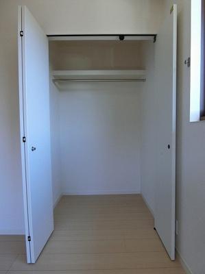 洋室6.1帖のお部屋にあるクローゼットです♪かさばりやすいコートなどもハンガー掛けができてすっきり片付きます♪クローゼットが2ヶ所あるのが便利ですよね!