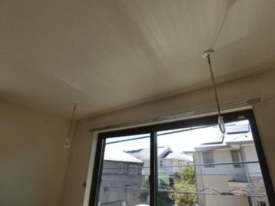 洋室6.1帖のお部屋にある室内物干しです!雨の日やお出掛け時の室内干しにとても便利☆花粉や梅雨の時期に重宝しますね♪