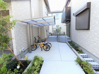 屋根付きの駐輪場で雨が降っても大切な自転車が濡れません♪荷物が重いときに自転車があれば助かりますね!