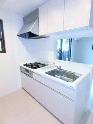 3口ガスコンロ/グリル付きシステムキッチンです☆場所を取るお鍋やお皿もたっぷり収納できてお料理がはかどります!窓があるので換気もOK♪