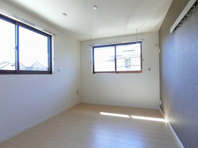 南西向き角部屋二面採光洋室6.1帖のお部屋です!壁にはピクチャーレールがあり、絵や写真が飾れます☆ハンガー掛けとしても便利♪