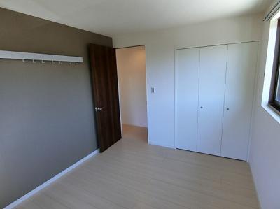 クローゼットのある南西向き洋室6.1帖のお部屋です!お洋服の多い方もお部屋が片付いて快適に過ごせますね♪