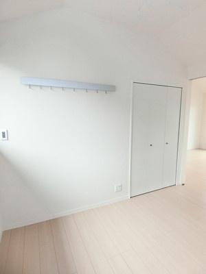 クローゼットのある洋室5.3帖のお部屋です!お洋服もしわにならず、キレイに収納できます☆