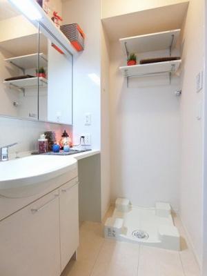 洗面所内、シャンプードレッサー横にある室内洗濯機置き場です♪防水パンが付いているので万が一の漏水にも安心です!上部には便利な収納棚付き♪