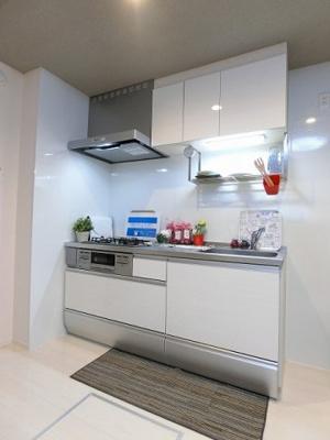 3口ガスコンロ/グリル付きシステムキッチンです☆場所を取るお鍋やお皿もたっぷり収納できてお料理がはかどります!便利な床下収納も完備しています☆