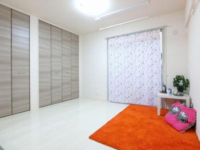 テラスに繋がる角部屋洋室5.7帖のお部屋です!壁にはピクチャーレールがあり、絵などを飾れます♪クローゼットを2つ完備してるのでお洋服を沢山お持ちの方も安心◎