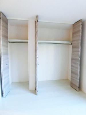 洋室5.7帖のお部屋にはクローゼットを2ヵ所完備♪お気に入りのお洋服もすっきり収納できます♪