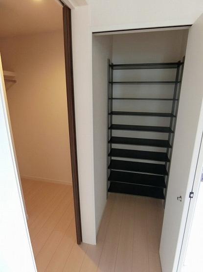 階段をあがって左手にはウォークインクローゼット(左)と収納スペース(右)があります☆お洋服や荷物の多い方も安心ですね!