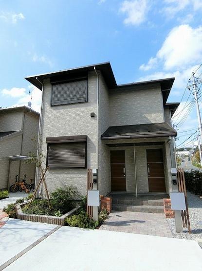 ペットOK♪ワンちゃんまたは猫ちゃんと一緒に暮らせる築浅の2階建てアパートです♪小田急多摩線「栗平」駅より徒歩9分で通勤・通学にも便利!