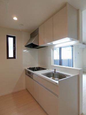 3口ガスコンロ/グリル付きのシステムキッチンです☆窓があるので換気もOK♪場所を取るお鍋やお皿もたっぷり収納できてお料理がはかどります!