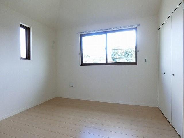 リビングダイニングキッチンから繋がる角部屋二面採光洋室5.3帖のお部屋です!子供部屋や書斎・寝室など多用途に使えそうなお部屋です♪