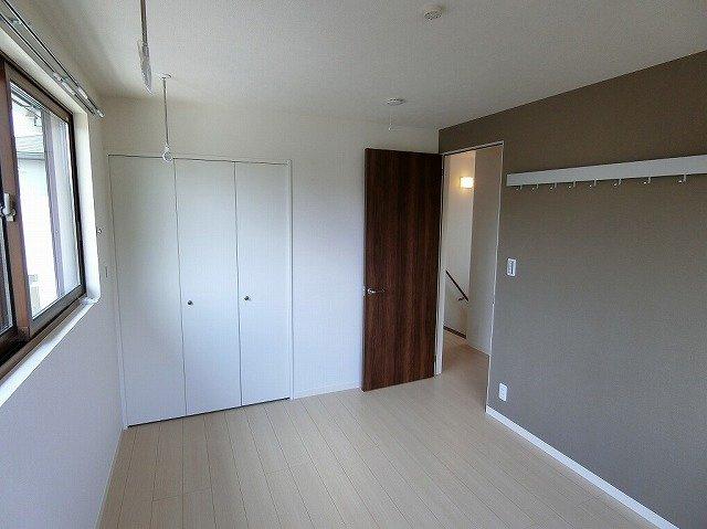 クローゼットのある南西向き角部屋二面採光洋室6.1帖のお部屋です!壁にはピクチャーレールがあり、絵や写真が飾れます☆シックなアクセントクロスが魅力的なお部屋♪