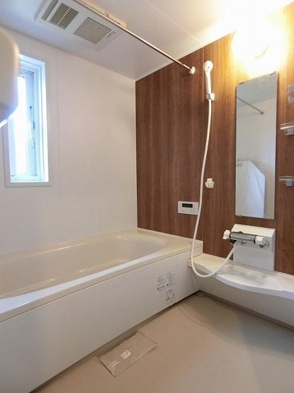 追い焚き機能・浴室暖房乾燥機&物干しバー付きバスルーム!ゆったりバスタイムでリラックス☆浴室には窓があるので湿気対策OK!