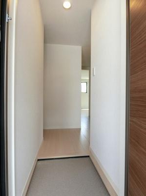 玄関から入って右手側には6.1帖の洋室があります☆左手側にはトイレ・洗面所、そして正面に進むと12.1帖のリビングダイニングキッチンがあります!