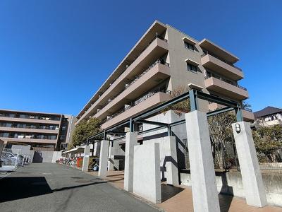 小田急多摩線「五月台」駅より徒歩9分!鉄筋コンクリートの4階建てマンションです♪通勤通学はもちろん、お買い物やお出かけにもGood☆