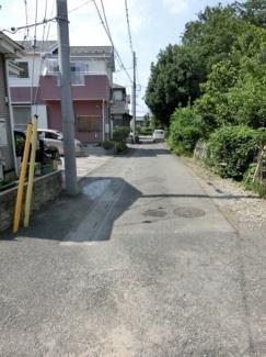 物件の敷地をすぐ出て撮影した前面道路の写真です。物件は左側です。