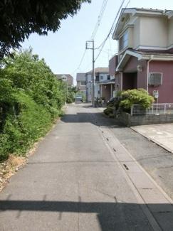 前面道路の写真です。物件は突き当りの右側です。