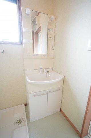 広い浴室は家族一緒に入れますよ。爽やかなブルーが明るいお風呂です。