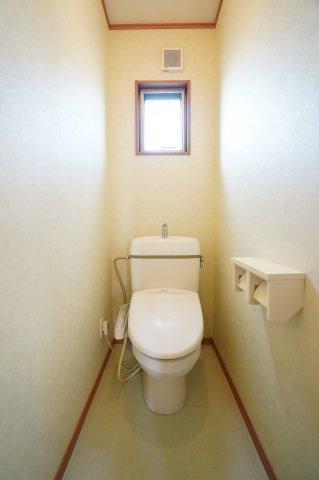 鏡の両脇に棚があり便利な洗面台です。ハンドシャワー付き洗面台で朝の寝癖直しもすぐにできますよ。