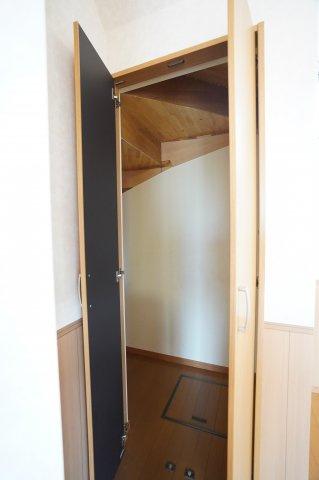 玄関から入ると正面に階段が見えます。