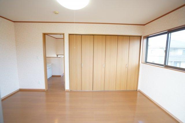 7.5帖の寝室です。バルコニーに出られます。
