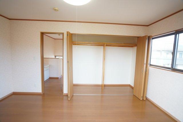 寝室クローゼットは埋め込み式なのでお部屋がすっきりとしていますね。