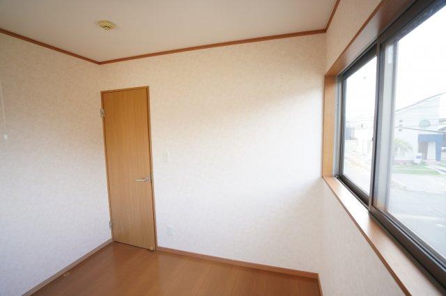 4.5帖の洋室は大きな高窓が2つあり明るく風通しの良いお部屋です。