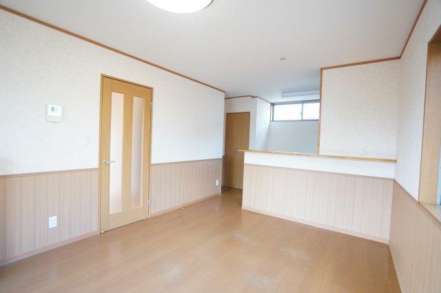 対面式キッチンのあるLDKは12帖。2階に4室あるので、お子様がそれぞれに自室を持つことができますよ。