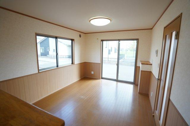 12帖のリビングは腰壁でおしゃれですね。廻縁や巾木などの縁もお部屋の雰囲気をあげてくれます。