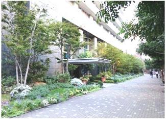 エントランス前歩道はきれいな植栽がされています♪