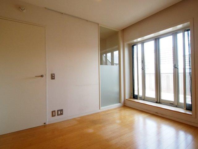 上階の洋室。大きな窓で明るいお部屋。