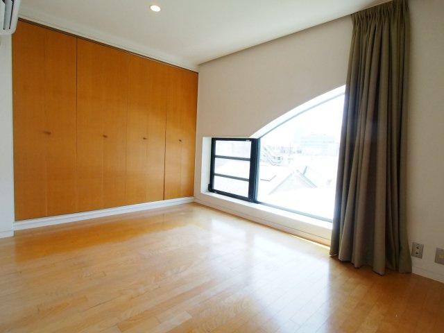 南側の洋室は寝室にぴったりなサイズ感。凝った窓のデザイン!