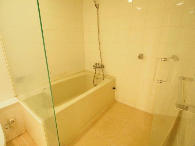 ガラス張りで、まるでホテルのような浴室。