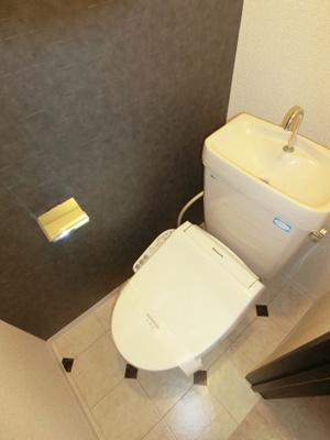 人気のシャワートイレ・バストイレ別です♪トイレが独立していると使いやすいですよね☆横にはタオルを掛けられるハンガーもあります!