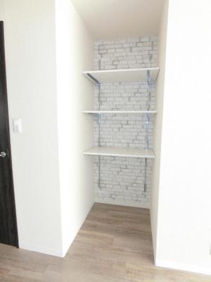 リビングダイニングキッチンにある可動棚です!収納したい物のサイズに合わせて棚板などを自由に動かせます☆