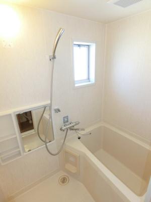 清潔感のある浴室です♪小窓があるので湿気がこもりにくくて良いですね☆ゆったりお風呂に浸かって一日の疲れもリフレッシュ☆