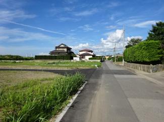 袖ケ浦市坂戸市場 新築一戸建て 袖ヶ浦駅 前面道路は舗装されているのでとても歩きやすく、公道6mにつきすれ違いもラクラクです♪