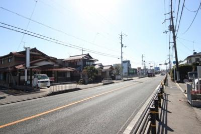 湖西主幹道路である県道558号線に面します。