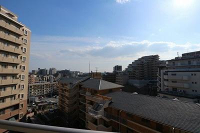 【現地写真】 周りには高い建物もなく、南向きのバルコニーとなっております♪