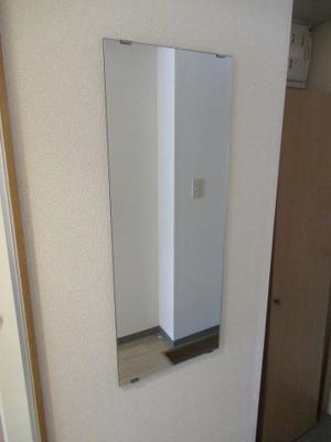 玄関に鏡があります