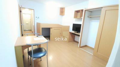 同タイプ室内:机、椅子2脚、姿見鏡付き。(机は折りたためます)