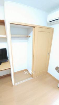 キッチンスペースにもちょっとした収納棚があります。