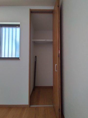 こちらのお部屋にはクローゼット収納がございます。
