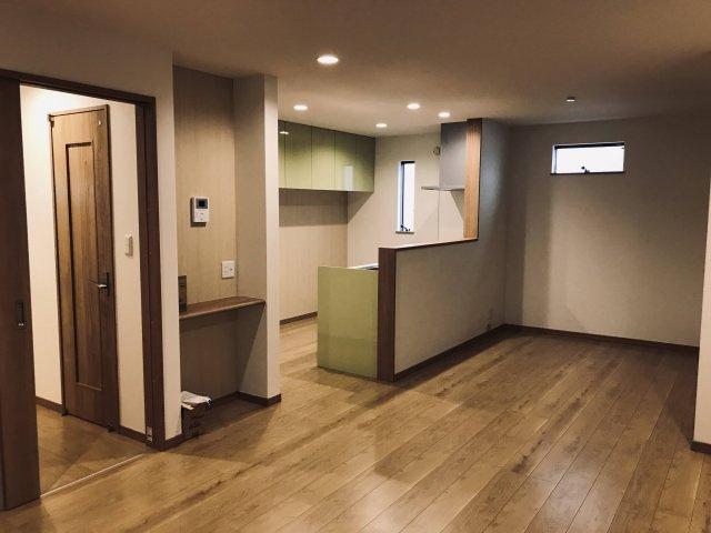 2階のリビングです。 ちょっとした棚があるので、電話機やお花等を飾るのにも便利ですね♪