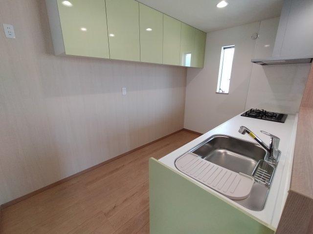 オープンキッチンだと開放感がありお部屋も広く見えますね♪ 収納もしっかりございます。