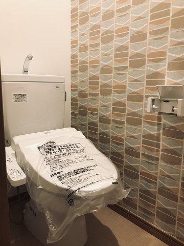 2階の温水洗浄便座完備です。収納もございます。 アクセントクロスが素敵ですね♪