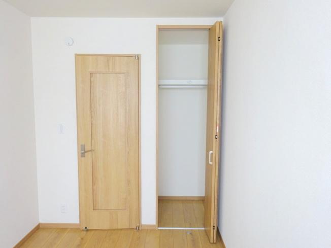 3階の洋室(5.0帖)にある収納です。 こちらのお部屋にはクローゼット収納がございます。 各お部屋に収納があるのが嬉しいですね♪