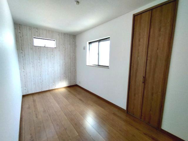 3階洋室(6.5帖)です。 南向きの採光が入る明るいお部屋です。